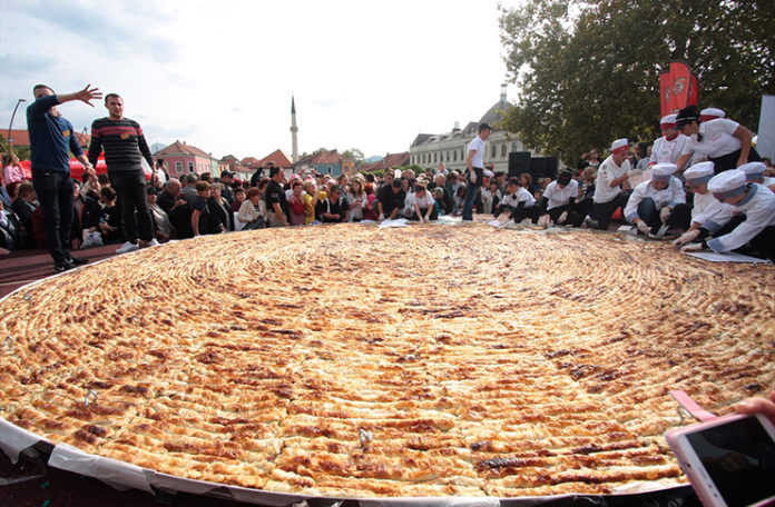Bosnian Chefs made biggest Meat Pie in an attempt to enter ...